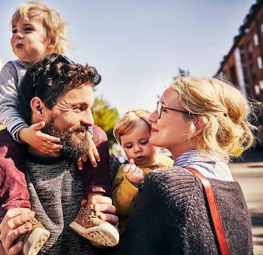 Barnfamilj utanför sin bostad