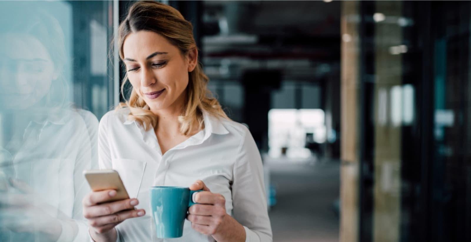 Kvinna jämför lånevillkor på sin mobil